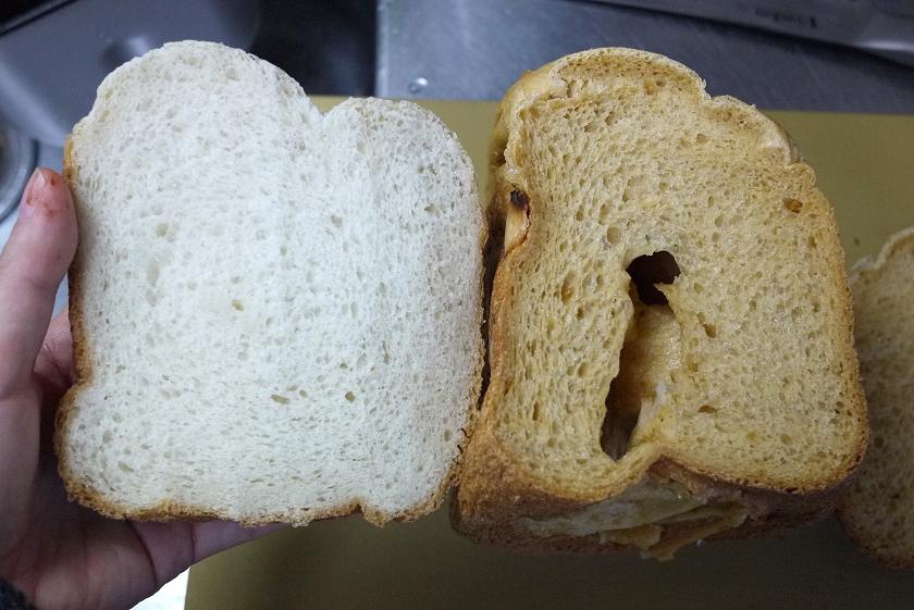 味噌で色がついた内相。穴が目立つ。左は普通のお米食パン
