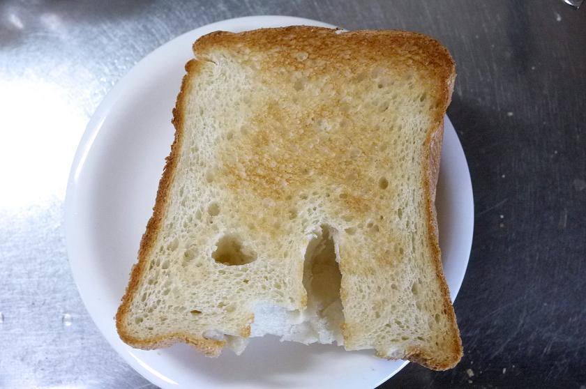 お米食パンを、オーブントースターで焼いてみた(冷凍はしていない)羽根の穴が気になる……