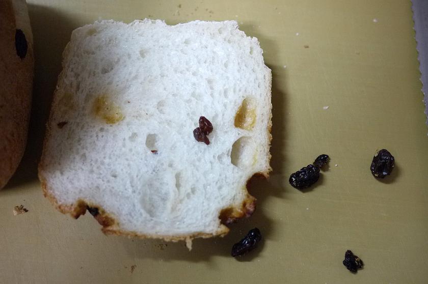 オイルコーティングされたレーズンだったせいか、小麦食パンに比べキメが粗いせいか、抜け落ちやすいようだ