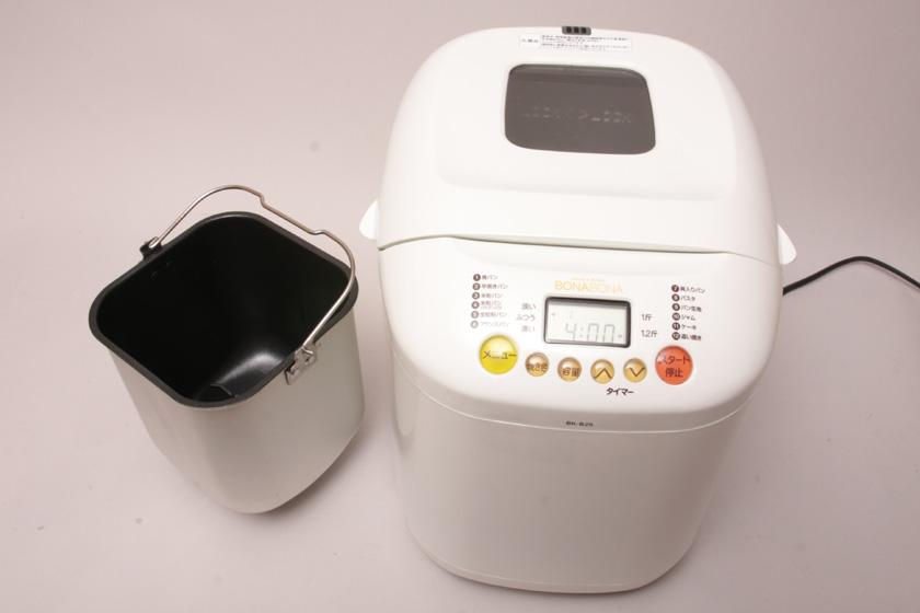 ホームベーカリーの中から容器を取り出して、水、砂糖、塩、バターを入れていく