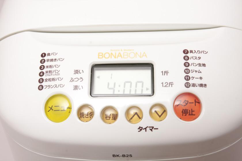 ボタンはシンプルで分かりやすい。メニューボタンで印刷されているメニューの中から、どれを作るかを番号で指定。焼き色の濃さと、パンの大きさを設定して、スタートするだけ。タイマーを使うと、指定した時刻に焼き上げることもできる