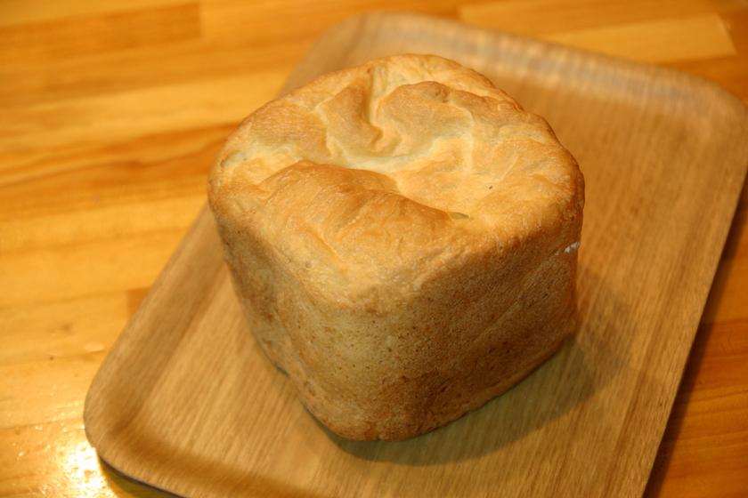 おお! 食パンができた! 0.1g単位でドライイーストを測らなかったが、上手く膨らんでいる!