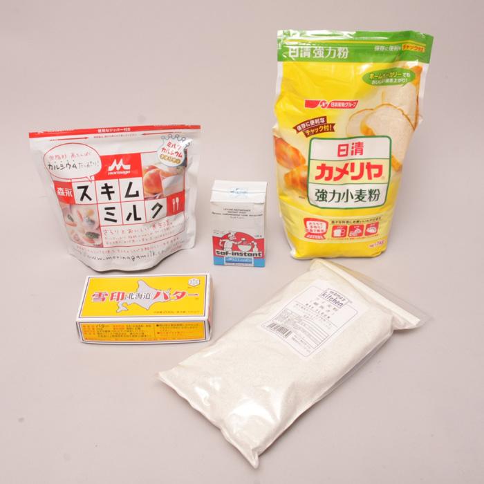 ライ麦パンの材料。これ以外に砂糖と塩、水が必要