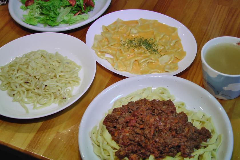 完成! とてもおいしかった。左は細麺に切ったペペロンチーノ、上はリボン状パスタのチーズとミルクのソース、右はフェットチーネのミートソース