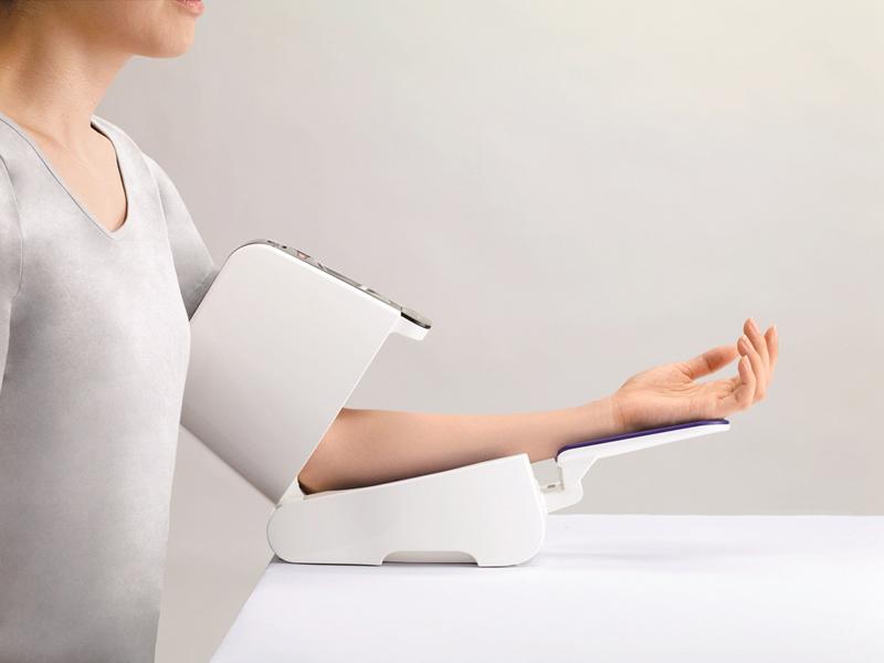 USB通信機能を搭載し、パソコンでデータ管理できる上腕血圧計