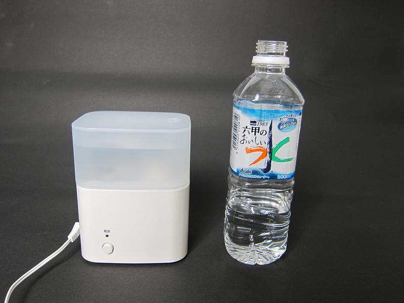 500mlのペットボトルと並べると、TPK-MJU100のコンパクトさがわかる