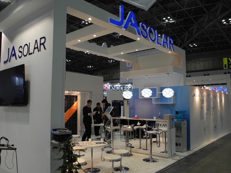 中国「JA SOLAR HOLDINGS」のブース。丸紅と提携し、日本の住宅向けシステムの販売を開始している