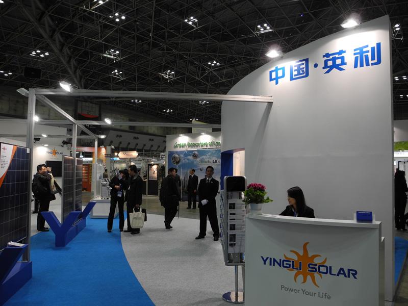 中国「英利(インリ)」のブース。国内の太陽光発電施工業者と組んで、日本に参入する
