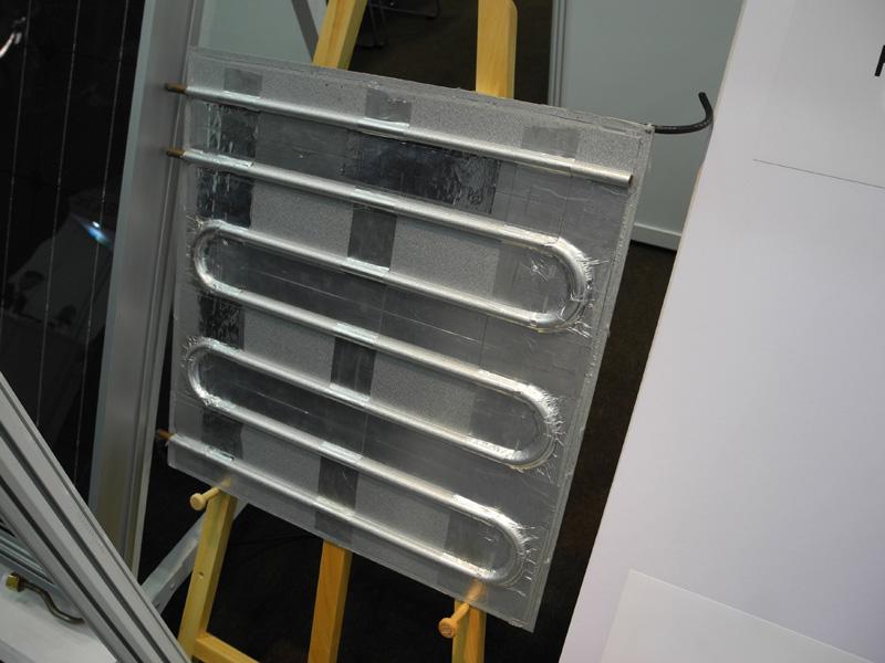 裏側は管が通っている。給湯用に水を流すことで、太陽電池の冷却にも効果があるとのことだ
