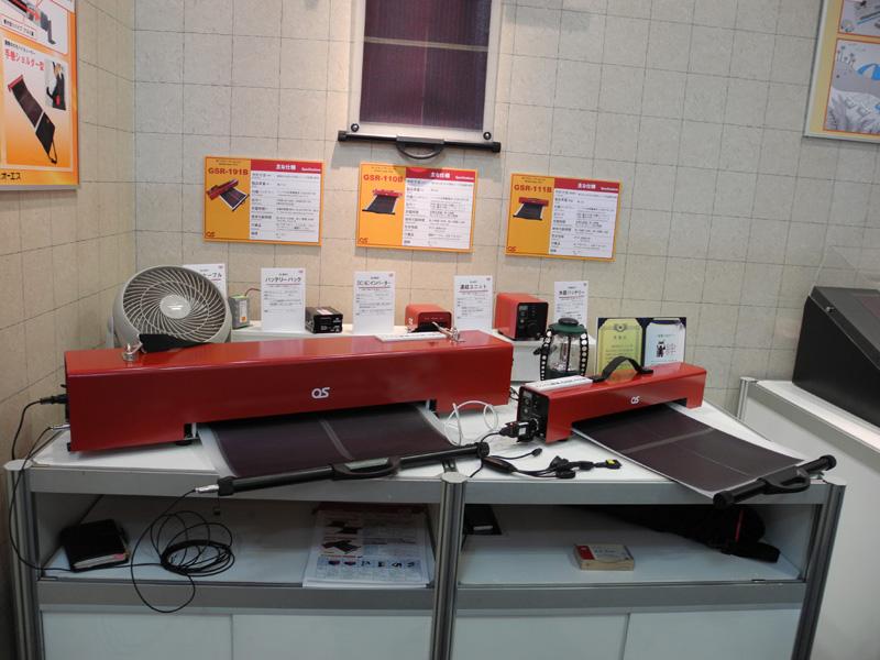 富士電機のブースでは、巻き取って持ち運べるシート状の太陽電池「どこでも発電」も置かれていた。販売はオーエスだが、太陽電池は富士電機が開発している