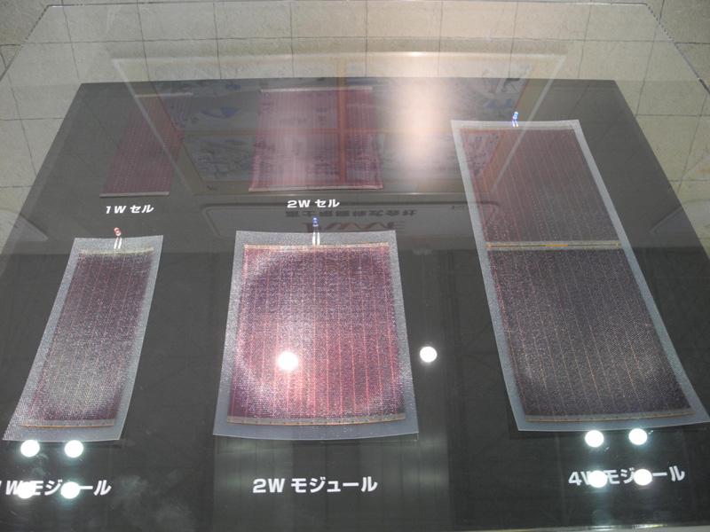 富士電機が開発した、曲がるシート状の太陽電池