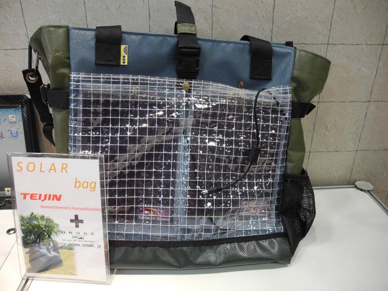 シート状の太陽電池の活用方法として、さまざまな製品が展示された。写真はバッグに太陽電池を取り付けたもの
