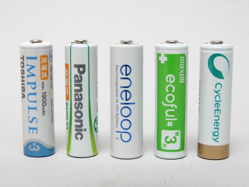 実験するのは、国産の代表的なニッケル水素電池。左から東芝の「インパルス」、パナソニックの「充電式エボルタ」、三洋(現パナソニック)の「エネループ」、日立マクセルの「エコフル」、ソニーの「サイクルエナジー ゴールド」