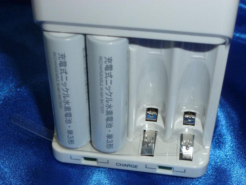 梱包時は充電器と充電池の間には絶縁のため透明のプラスチックが挟んである