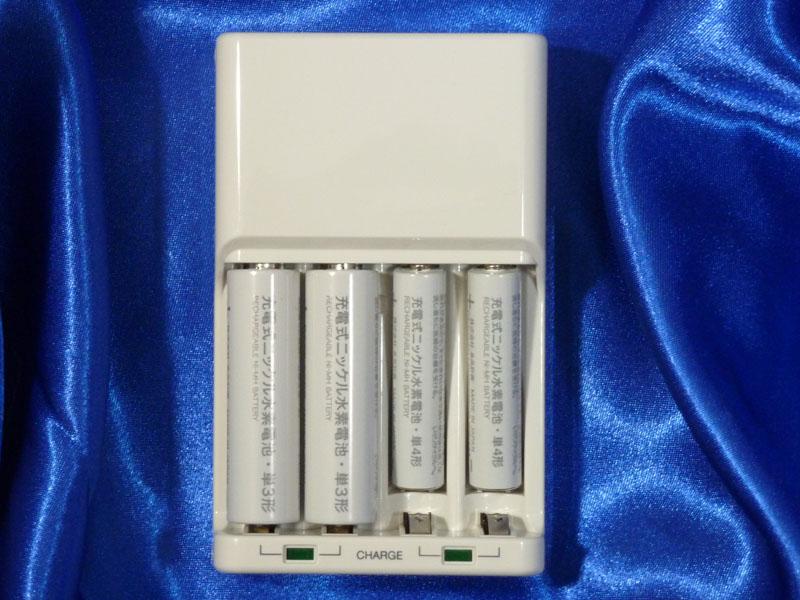 2個単位で充電するので、左右に分けてあれば単三と単四を同時に充電できる