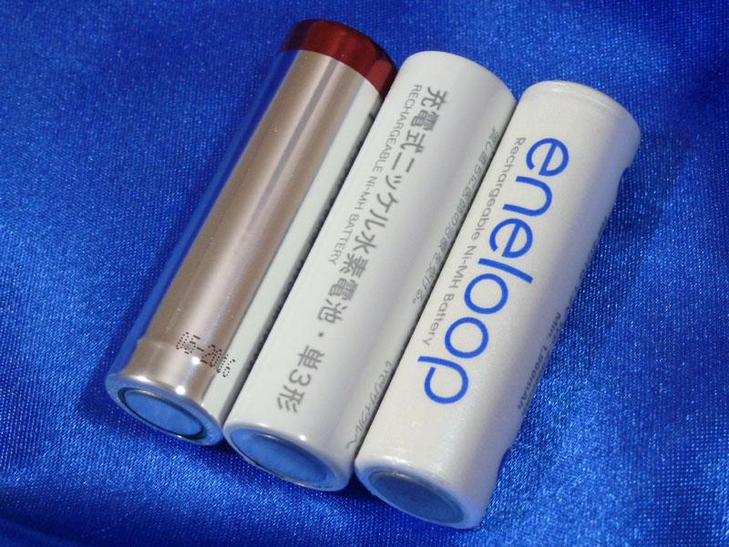 左から無印良品の乾電池、ニッケル水素充電池、eneloop。左右の製品もシンプルだが、中央のニッケル水素充電池の地味さは際立っている