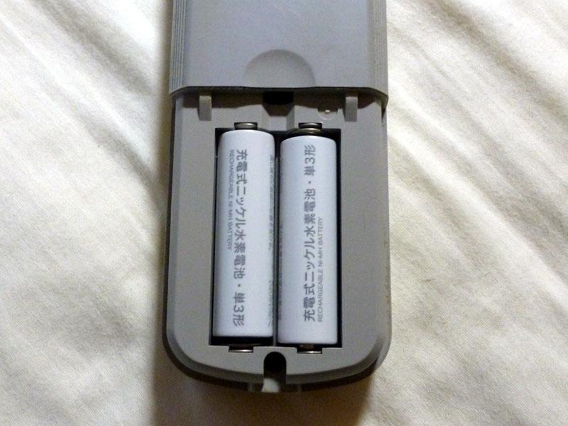 リモコンに単三形ニッケル水素充電池を入れた状態。存在を主張しない部品のような印象だ