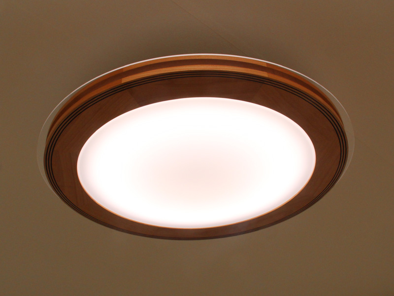 参考出品となった、スピーカー付きのLEDシーリングライト。スピーカーは天井とシーリングライトの間に設置されており、会場では見られなかった