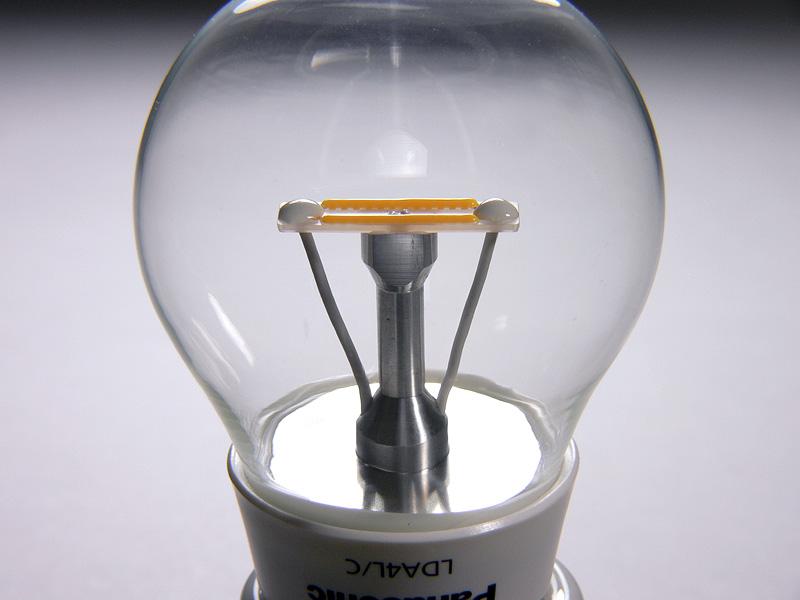 クリアLED電球では、写真中央部のオレンジ色の部分が光源となる