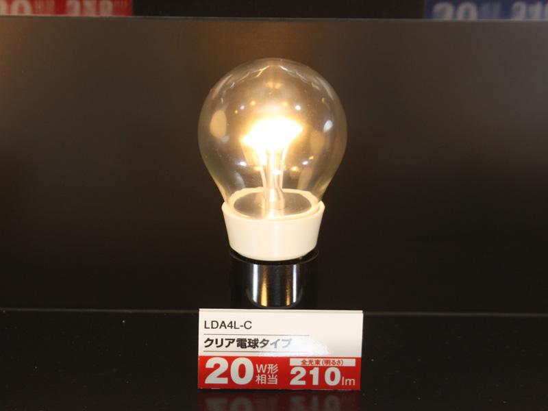 クリアLED電球では、白色の樹脂部分、LEDモジュールを支えるマウント部分で放熱しているという