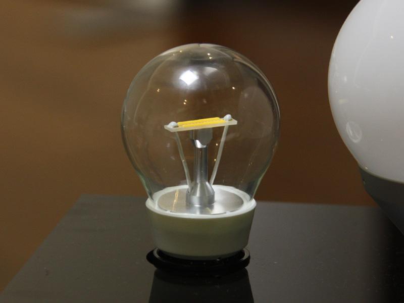 LEDモジュールの基板を見ると、透明になっているのがわかる