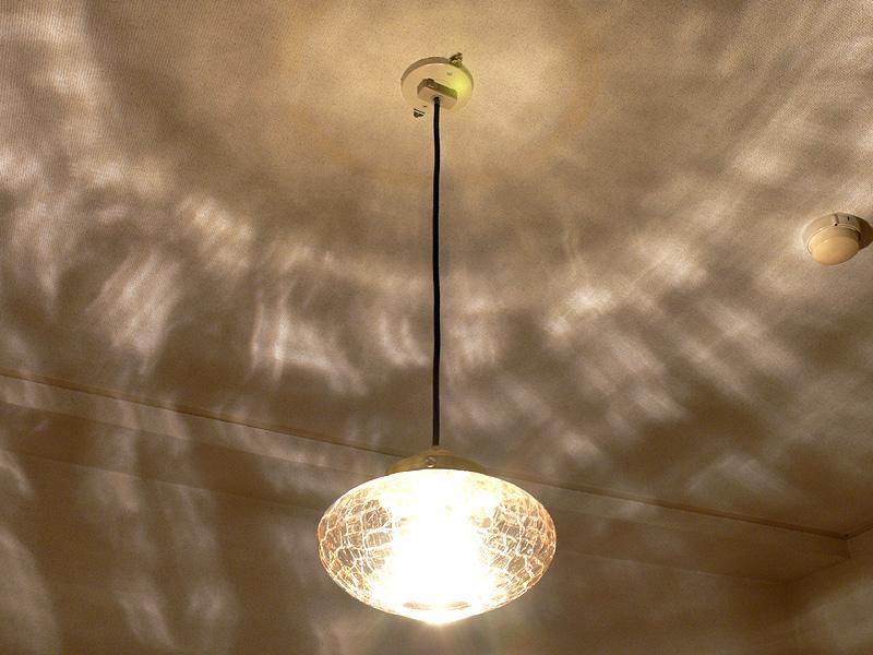 クリアLED電球は透明な照明器具で使用すると、きらめき感や影が際立てられるという