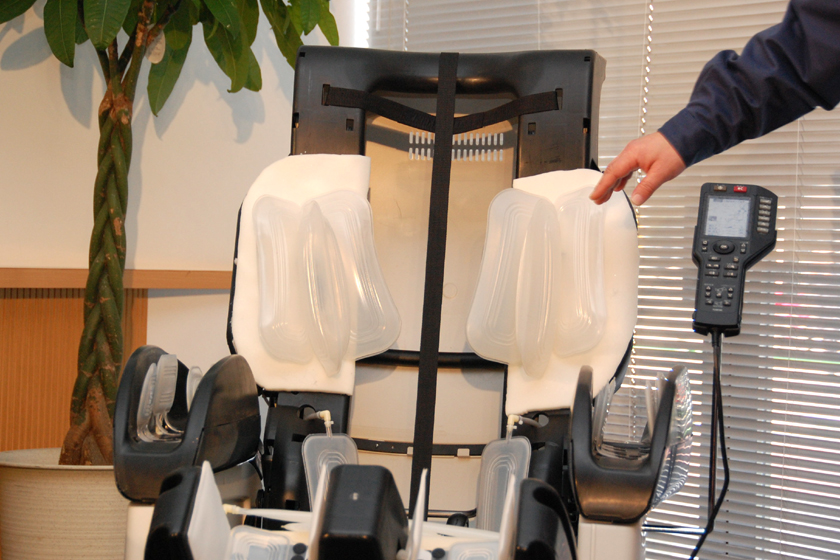 カットモデルの肩療マッサージ。体の細い人にもフィットするという