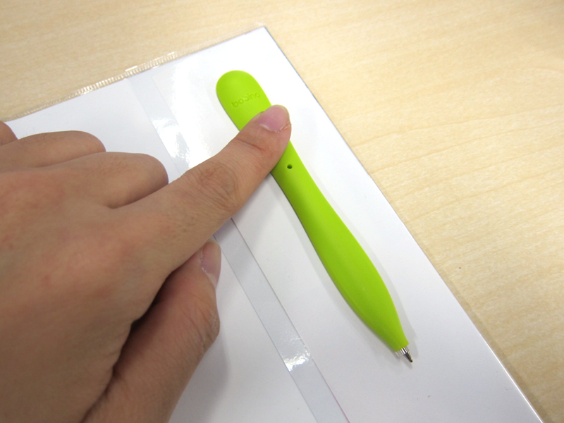 使用前の準備として、タブの粘着シールを手帳に貼り付け、30秒押さえて固定する