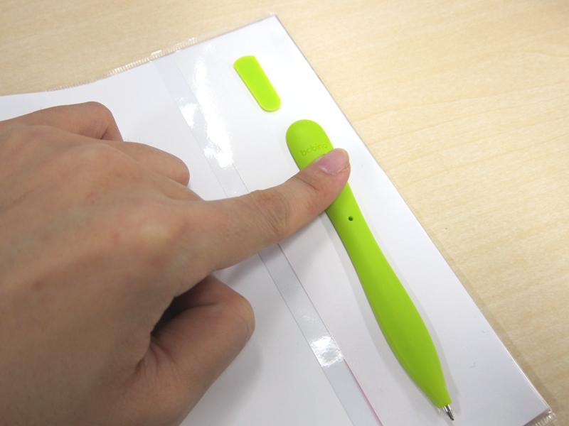 使う時はペンをスライドして取り外す。手帳に戻す場合は、逆の手順を踏めば良い
