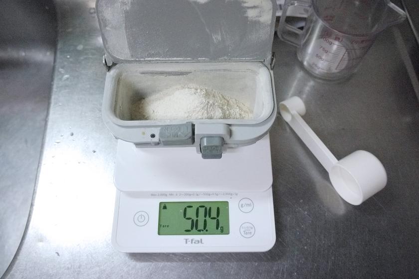 微量モードの状態で、お米からパンが焼けるGOPANの、小麦グルテンを入れるケースをそのまま使って、小麦グルテンの重さを量る。容器を載せたら一度「Tareボタン」を押せばいい