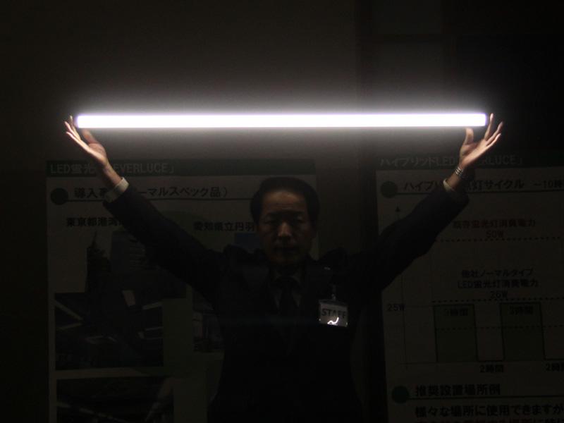 「エバールーチェ」を内蔵バッテリーを使って点灯しているようす