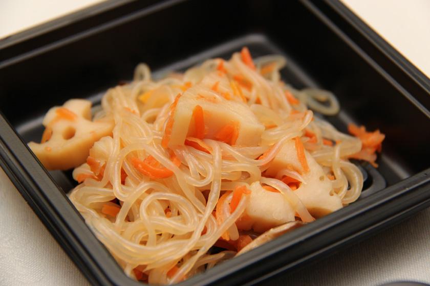 副菜の酢入りきんぴらは、ほどよい酸っぱさでごはんに合う。れんこんのサクサクとした食感もおいしい