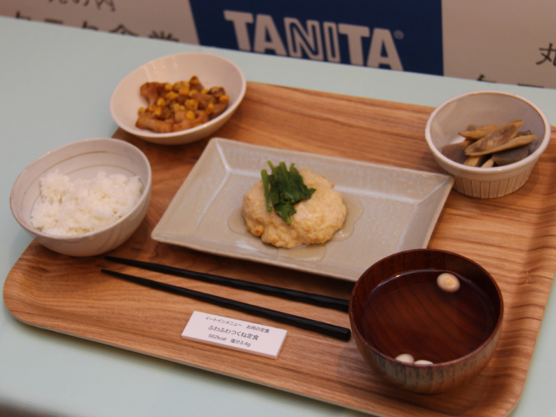 こちらはイートインで提供される定食。写真は「お肉の定食:ふわふわつくね定食」