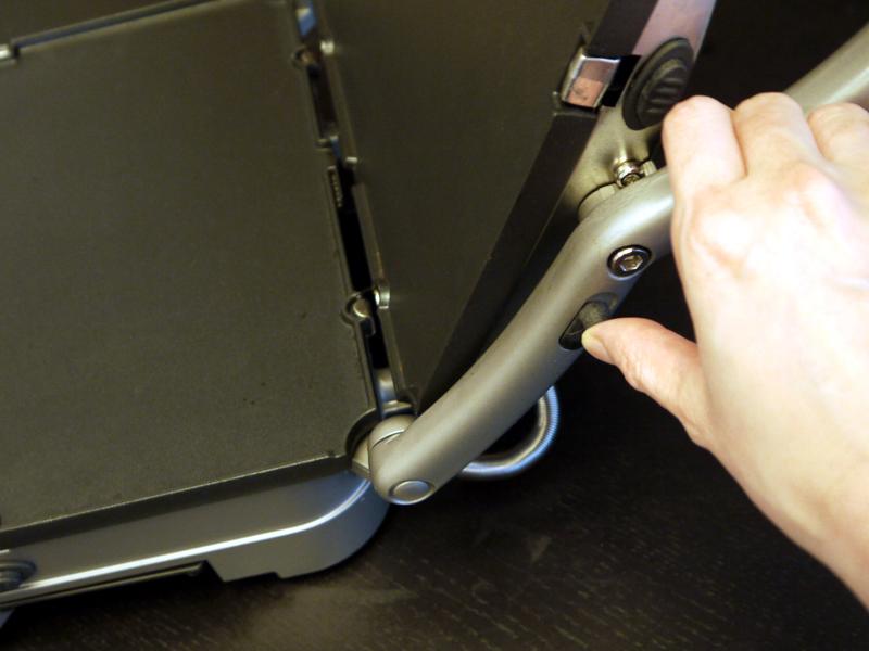 ハンドルにある解除レバーを引き上げると上側プレートが全開する