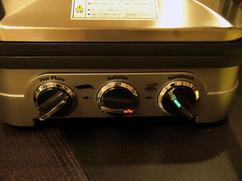 中央ダイヤルはスタイルを選ぶとつまみが赤く点灯、左右のダイヤルで温度設定をし予熱が完了するとつまみは緑色に点灯する