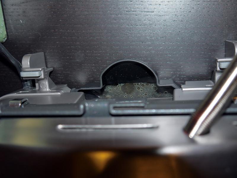 焼いている間に余分な脂はプレートの溝から下の油受けに落ちる