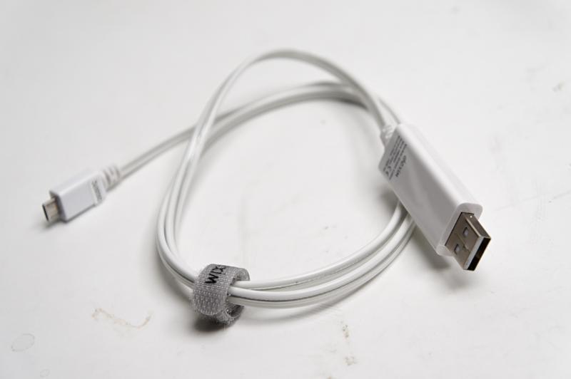 見た目は普通のUSBケーブル。USB Aコネクタ側が縦長になっている点が差異