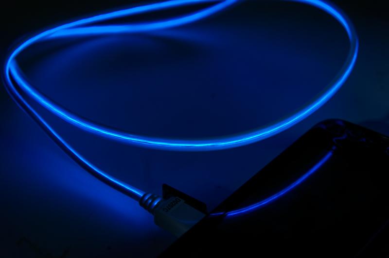 低速シャッターで撮影してみたところ。青い光がかっこいい