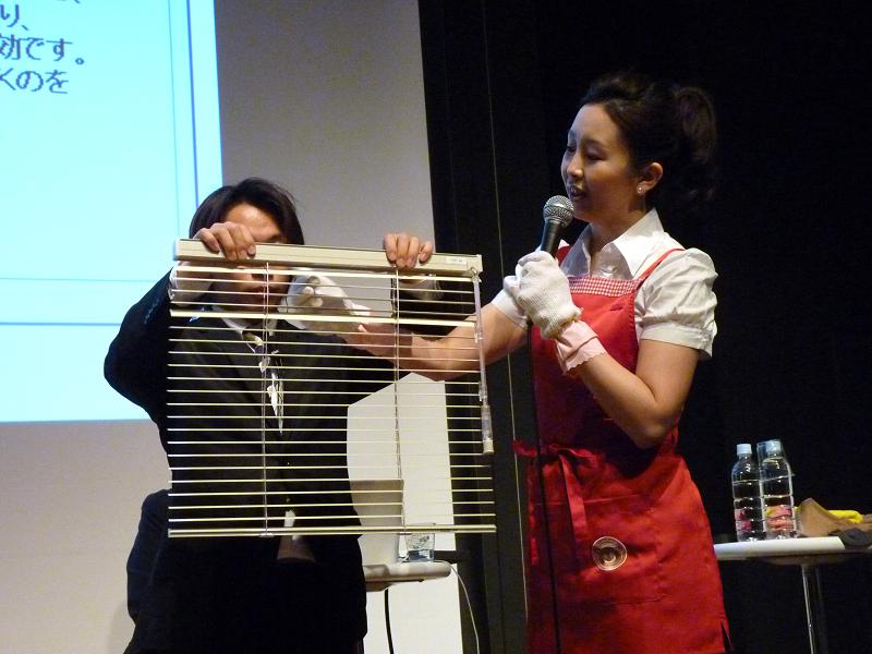 髙橋氏自ら軍手ぞうきんを使ったブラインド掃除方法を伝授