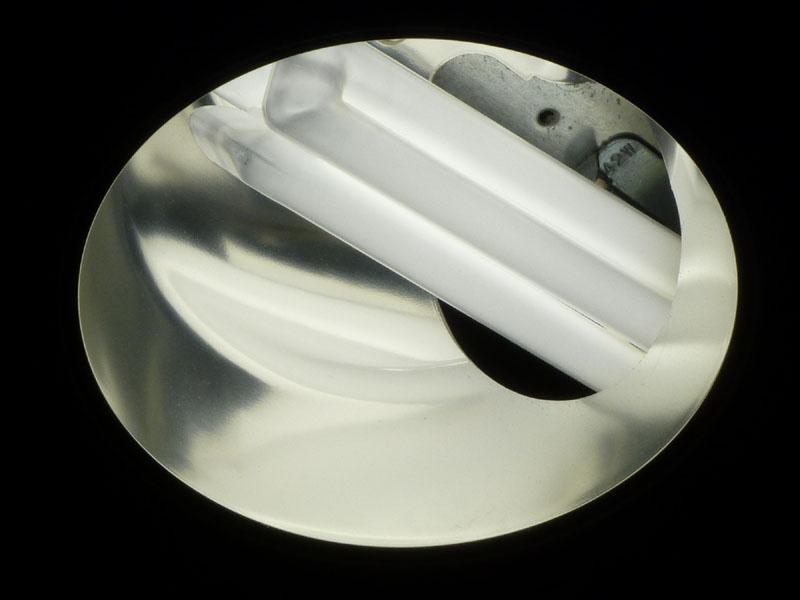 コネクタは側面の穴の奥にあり、水平に蛍光灯が入っている