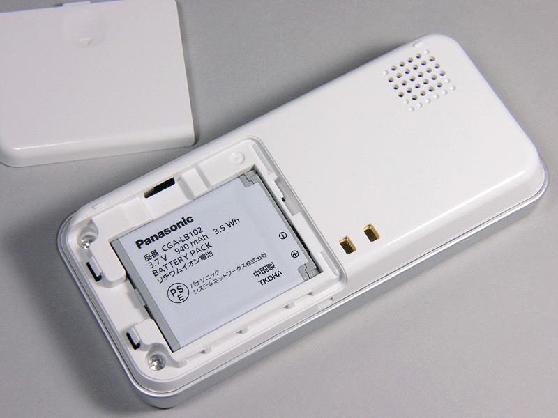 ワイヤレスモニター子機の裏側のカバーをはずし、付属のバッテリーパックを取り付ける