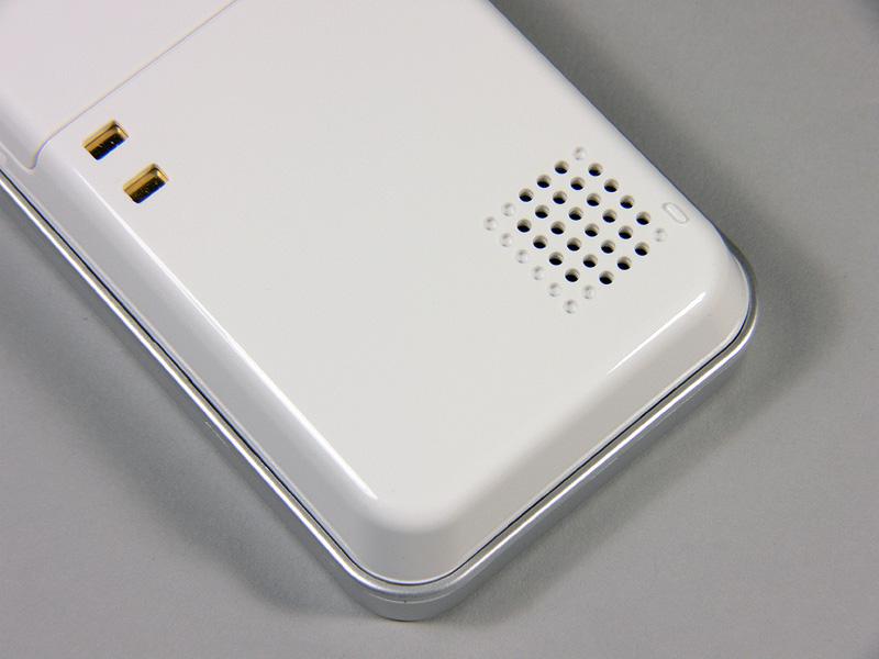 ワイヤレスモニター子機の裏側にはスピーカーがついている。モニター中は外の音声が聞こえる