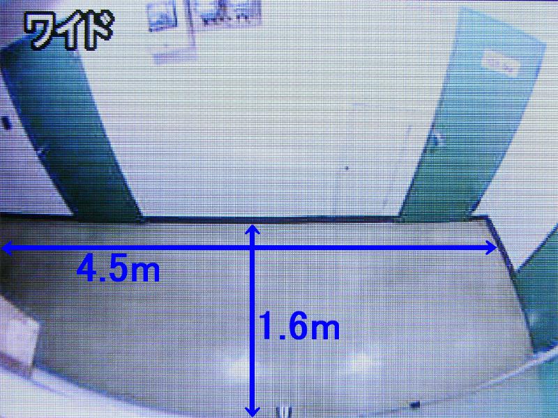 カメラは、手前のドアから奥のドア、床面まで、広範囲まで映し出してくれる