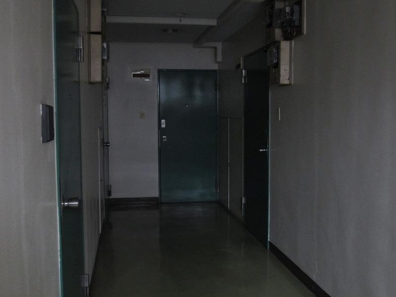 照明を消した薄暗い廊下でも、高感度なカメラは明るく映し出してくれる。ノイズも少ない