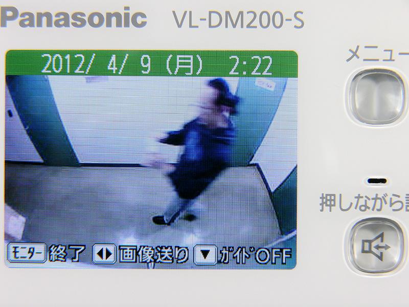 待機中、「メニュー」→「画像再生」ボタンを押せば、録画した静止画が日付の新しい順で表示される。日時は必要に応じて表示/非表示ができる