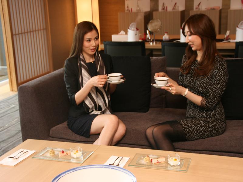 お茶とケーキもサービスされる