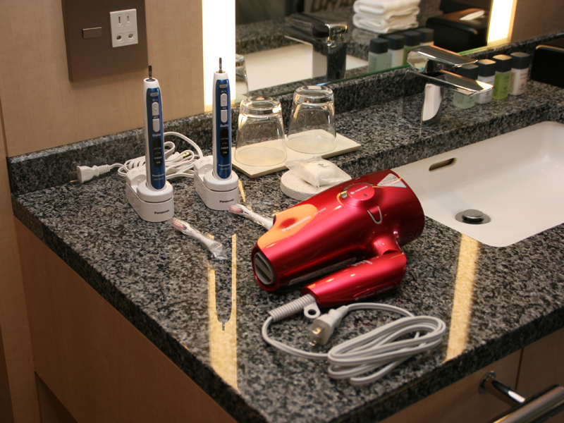 洗面台周りには、パナソニックの「ナノケア EH-NA94」と「音波振動ハブラシ ドルツ イオン EW-DE41」が置かれている