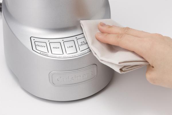 本体操作部のボタンなどは乾いた布などで拭く