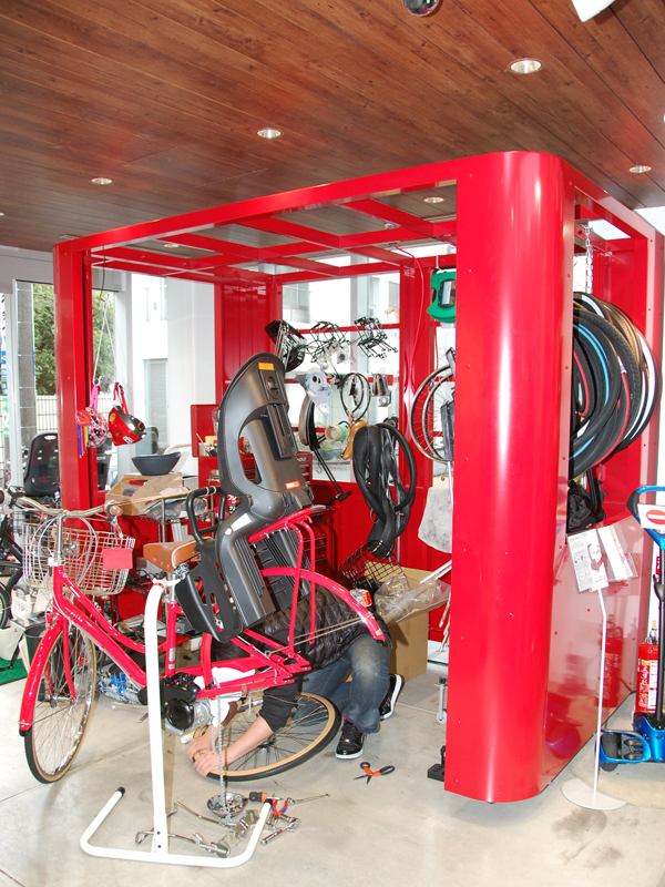 店内には整備コーナーが設けられており、専門知識のあるスタッフが在駐する