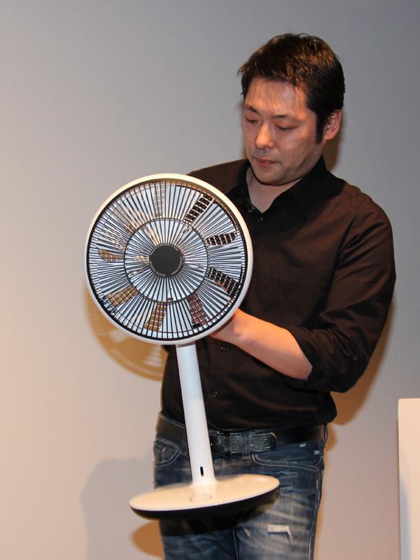 GreenFan miniを手に持つ寺尾氏。持ち運びがしやすいという